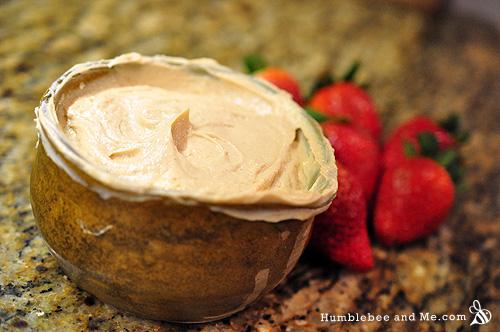 Мой любимый фруктовый соус (арахисовое масло, йогурт и кленовый сироп!)